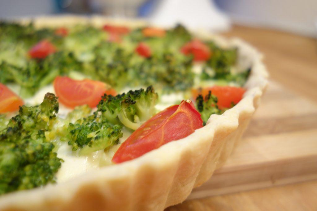 Brokkoli-Garnelen-Quiche mit Tomaten