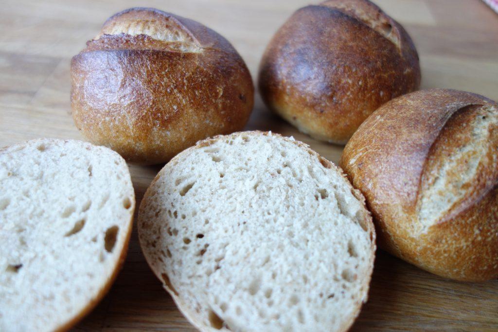 Schnelle Brötchen mit Altbrot-Brühstück
