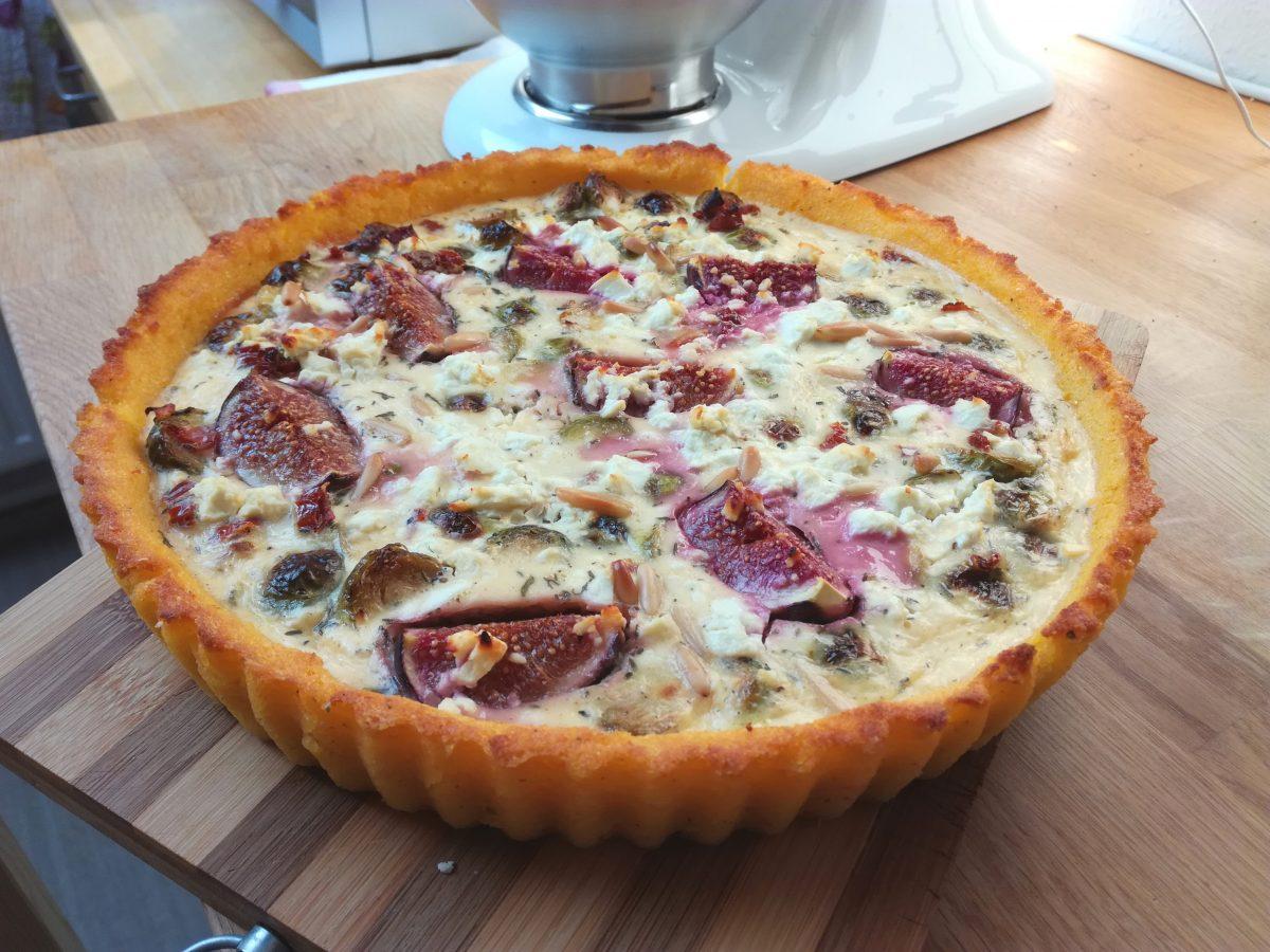 Polenta-Rosenkohl-Quiche mit Feigen und Feta